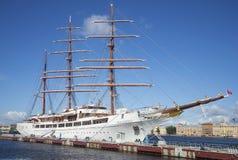 Varende schip Overzeese Wolk II bij de Engelse Jachthaven, zonnige de zomerdag Heilige Petersburg Stock Foto