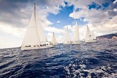 Varende schipjachten met witte zeilen stock foto