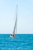 Varende schipjachten met witte zeilen in de open zee Luxeboten stock foto's