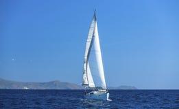 Varende schipjachten met witte zeilen Luxeryjacht royalty-vrije stock fotografie