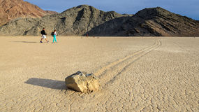 Varende stenen op de Renbaan Playa in Doodsvallei Royalty-vrije Stock Foto's