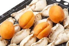Vareniki用在烤板的杏子 库存照片