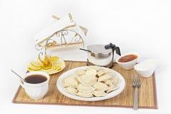 Vareniki用茶的酸奶干酪 对vareniki的完善的加法将是酸性稀奶油和凉快的甜果酱 库存图片