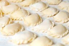Vareniki饺子用在白色背景- traditi的土豆 免版税库存照片
