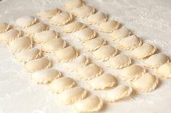 Vareniki饺子用在白色背景- traditi的土豆 图库摄影