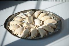 Vareniki μπουλεττών με το τυρί εξοχικών σπιτιών και μαρμελάδα σε ένα στρογγυλό πιάτο Παραδοσιακά ρωσικά τρόφιμα στοκ εικόνες