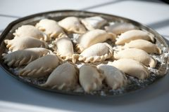 Vareniki μπουλεττών με το τυρί εξοχικών σπιτιών και μαρμελάδα σε ένα στρογγυλό πιάτο Παραδοσιακά ρωσικά τρόφιμα στοκ φωτογραφίες
