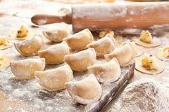 Vareniki (bolas de masa hervida) con las patatas y la cebolla Imagen de archivo