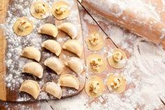 Vareniki (bolas de masa hervida) con las patatas y la cebolla Fotografía de archivo libre de regalías