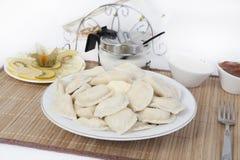 Vareniki com requeijão para o chá Uma adição perfeita ao vareniki será creme de leite e um doce doce fresco imagem de stock