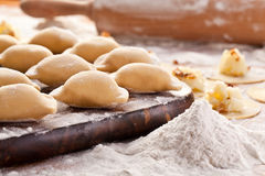Vareniki (Mehlklöße) mit Kartoffeln und Zwiebel Lizenzfreies Stockbild