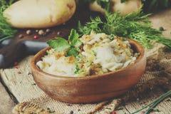 Vareniki tradicional do russo com batatas e as cebolas fritadas em b imagens de stock