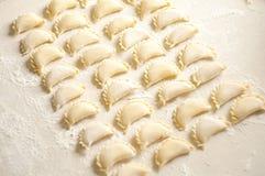 Varenikibollen met aardappels op witte achtergrond - traditi Royalty-vrije Stock Foto's