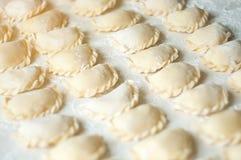 Varenikibollen met aardappels op witte achtergrond - traditi Stock Foto