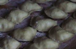 Vareniks Славянская еда Украинское национальное блюдо Традиционное блюдо процесс подготовки vareniks Тесто Мука Горизонт стоковое изображение