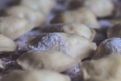 Vareniks Alimento eslavo Prato nacional ucraniano Prato tradicional o processo de preparar vareniks dough Farinha horizonte imagem de stock royalty free