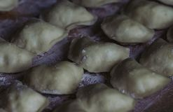 Vareniks Slavisch voedsel Oekra?ense nationale schotel Traditionele schotel het proces om voorbereidingen te treffen vareniks dee stock afbeelding