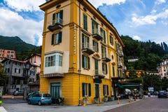 VARENNA NA jeziorze COMO, WŁOCHY, CZERWIEC 15, 2014 Hotelowy budynek w Varenna na Jeziornym Como, Włochy, Lombardy region Włoski  Obrazy Royalty Free