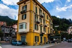 VARENNA NA jeziorze COMO, WŁOCHY, CZERWIEC 15, 2014 Hotelowy budynek w Varenna na Jeziornym Como, Włochy, Lombardy region Włoski  Zdjęcia Stock