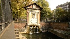 Varenne-Kanal in der Mitte von Mailand mit seinen Enten und Schildkröten stock footage