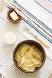 Varenyky、vareniki, pierogi, pyrohy或者饺子服务与酸性稀奶油和黄油 库存照片
