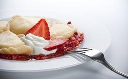 Varenyky avec de la sauce à fraise images libres de droits