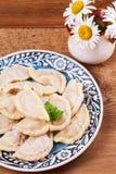 Varenyky, o vareniki, o pierogi, pyrohy ou as bolinhas de massa, enchidas com a carne e a cebola ou os cogumelos, podem ser servi Imagem de Stock Royalty Free