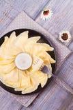 Varenyky, vareniki, pierogi, pyrohy o gnocchi, riempiti di formaggio dolce dell'agricoltore della ricotta e serviti con panna aci Fotografia Stock