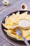 Varenyky, vareniki, pierogi, pyrohy o gnocchi, riempiti di formaggio dolce dell'agricoltore della ricotta e serviti con panna aci Fotografia Stock Libera da Diritti