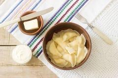 Varenyky, vareniki, pierogi, pyrohy ou des boulettes ont servi avec la crème sure et le beurre Photographie stock