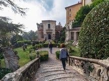 Varese OUTUBRO DE 2018 ITÁLIA - casa de campo no quadrado da chegada da montanha sagrado de Varese, Itália imagens de stock royalty free