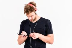 Varför gör ljudet så högt 1 spelare mp3 sexig muskulös man att lyssna musik på telefonmp3-spelaren man med spelaren mp3 på telefo arkivfoto