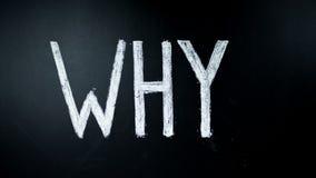 Varför? Handen skriver fråga vid krita på en svart tavla Skriftligt värmas Timelapse stock video