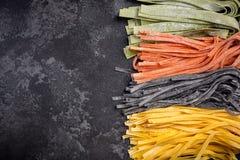 Variété colorée de tagliatelles crues faites maison de pâtes image stock