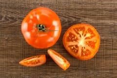Variété crue fraîche de parcela de La de tomate sur le bois brun Photo stock