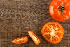 Variété crue fraîche de parcela de La de tomate sur le bois brun Image stock