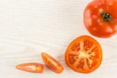 Variété crue fraîche de parcela de La de tomate sur le bois gris Photo stock