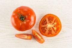 Variété crue fraîche de parcela de La de tomate sur le bois gris Images libres de droits