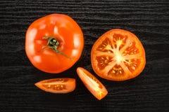 Variété crue fraîche de parcela de La de tomate sur le bois noir Photographie stock