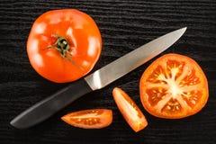 Variété crue fraîche de parcela de La de tomate sur le bois noir Images stock