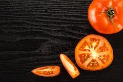 Variété crue fraîche de parcela de La de tomate sur le bois noir Photos libres de droits