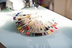 Variété d'appareils de contrôle de couleur de clou dans le salon de clou Photo stock