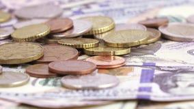 Variété de billets des dollars et des pièces clips vidéos