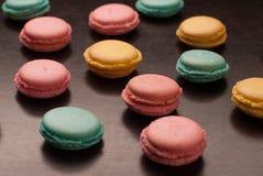 Variété de biscuits savoureux colorés de macarons sur le backg noir de table Image libre de droits