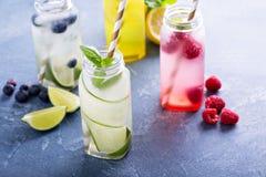 Variété de boissons de froid dans des bouteilles image stock
