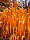 Variété de bougies jaunes Photographie stock libre de droits