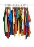 Variété de chemises multicolores sur les brides de fixation en bois photos stock