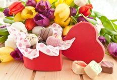 Variété de chocolats dans la boîte en forme de coeur Image libre de droits