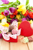 Variété de chocolats dans la boîte en forme de coeur Photo stock
