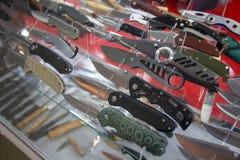 Variété de couteaux de chasse se pliants photographie stock